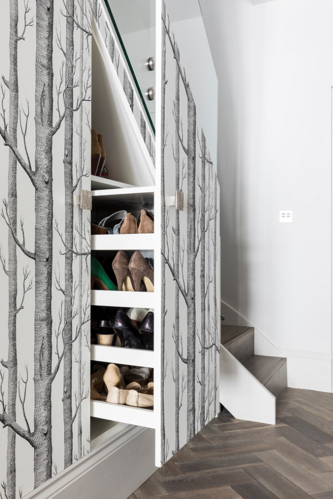La section de chaussures coulissante située sous les escaliers est une excellente option pour économiser de l'espace