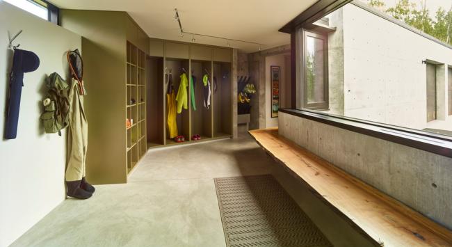 Conception modulaire assez spacieuse dans la conception du couloir d'une maison privée