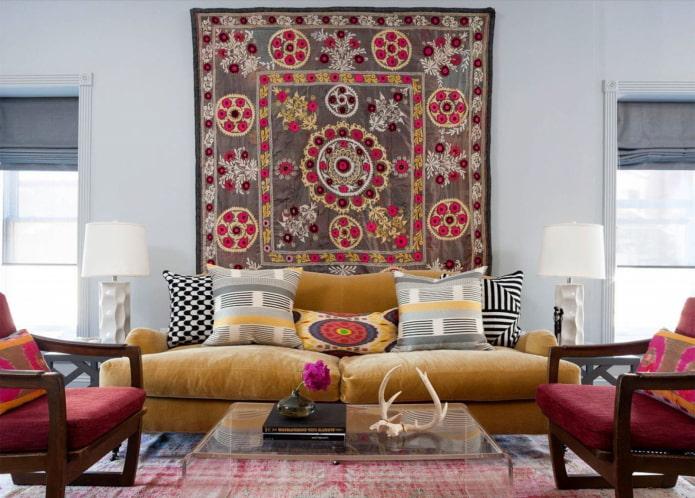 tapis sur le mur à l'intérieur du salon