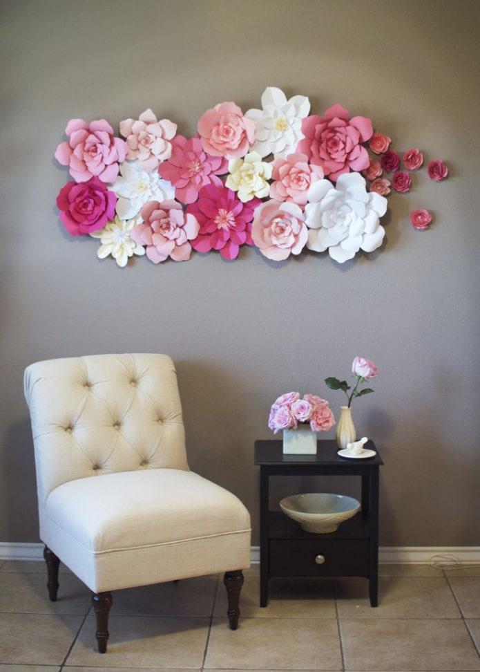 fleurs en papier sur le mur à l'intérieur
