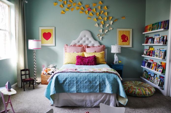 papillons en papier sur le mur à l'intérieur