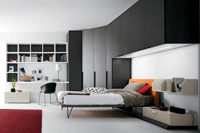 Grande armoire sombre dans la chambre à coucher moderne