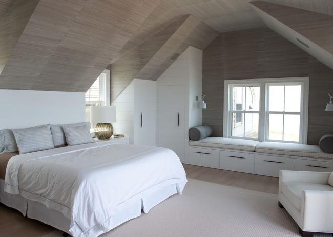 Armoire d'angle intégrée en bois peint dans la chambre mansardée
