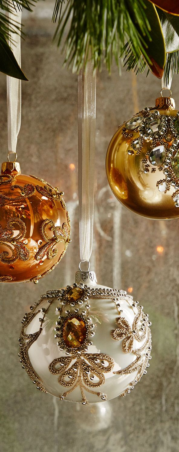 De belles boules de verre brillantes et élégantes sont l'élément principal d'un bel arbre de Noël