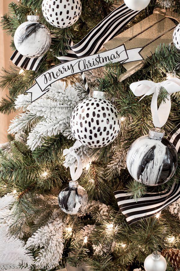 Grâce aux différentes couleurs des boules, vous pouvez créer un sapin de Noël complètement inattendu