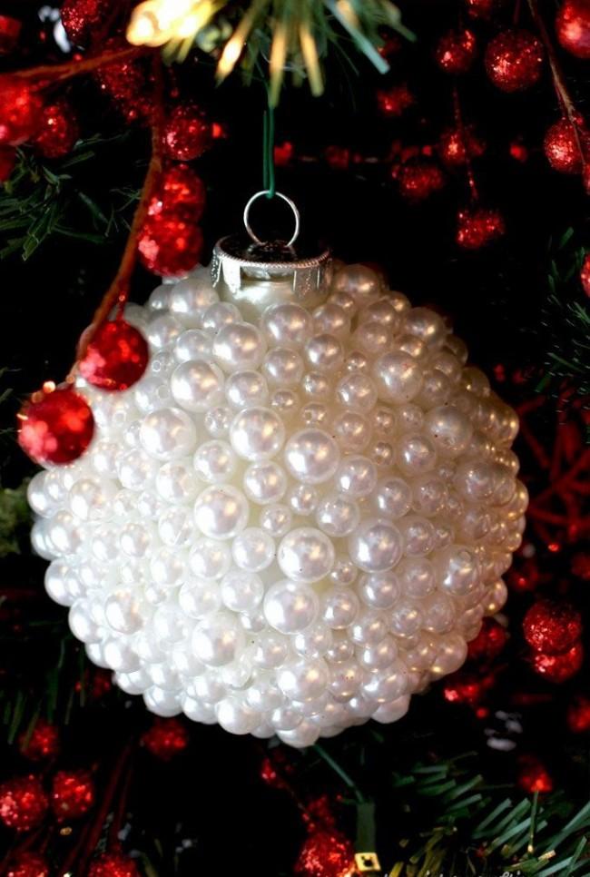 Belle boule délicate recouverte de perles de nacre