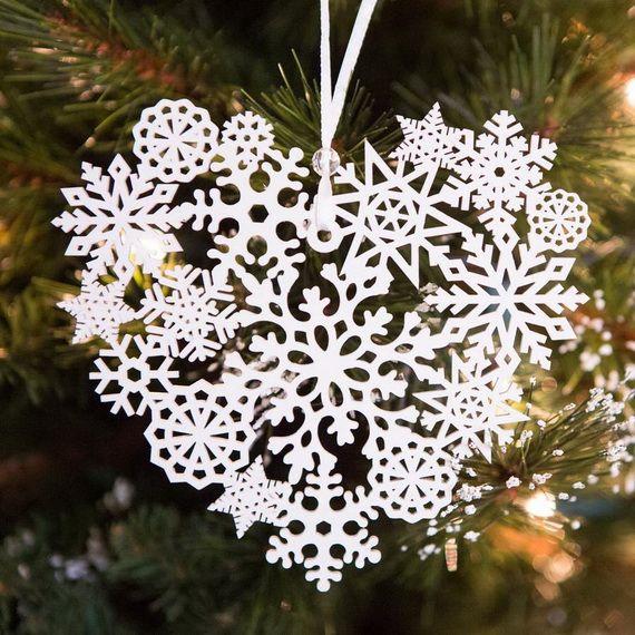 Un flocon de neige ajouré délicat deviendra une décoration élégante sur le sapin de Noël