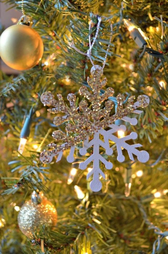 Un flocon de neige en carton recouvert de paillettes sera très festif et élégant.