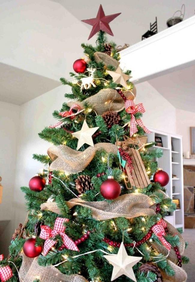 La dernière tendance dans la décoration d'un sapin de Noël est un ruban de toile de jute.  Idéal pour un décor de style écologique