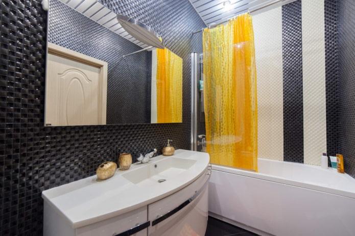 murs carrelés dans la salle de bain