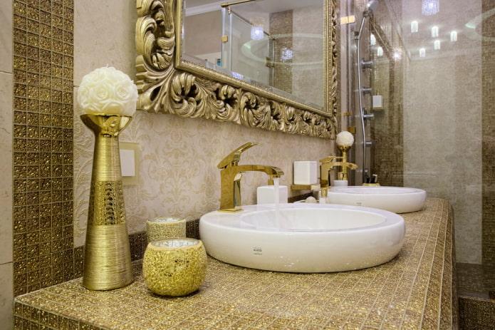 mosaïque sur le comptoir à l'intérieur de la salle de bain