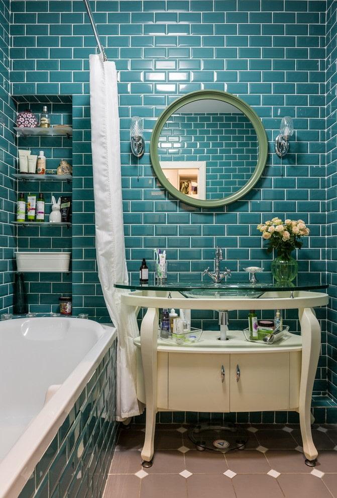 décoration de porc carrelée à l'intérieur de la salle de bain