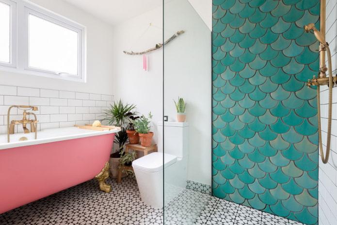 carreaux turquoise à l'intérieur de la salle de bain