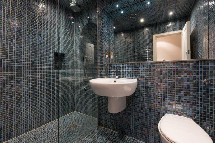 carreaux bleus à l'intérieur de la salle de bain