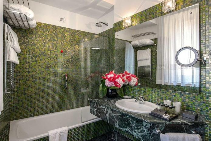 carreaux verts à l'intérieur de la salle de bain