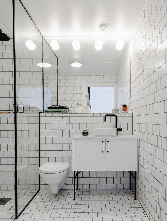carreaux blancs à l'intérieur de la salle de bain