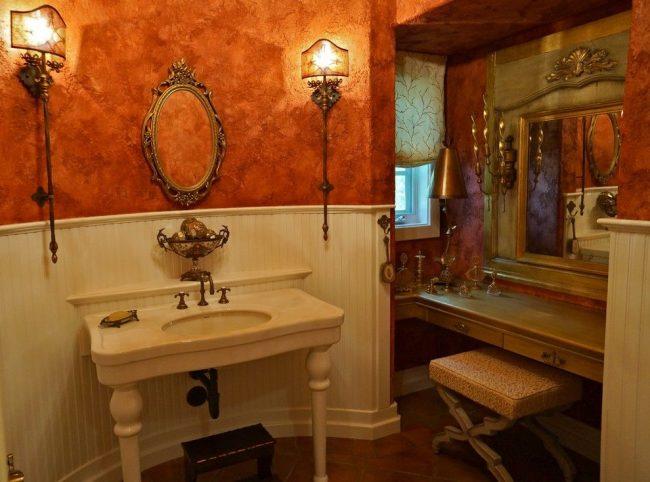 Salle de bain de style classique avec de la peinture texturée marron et or sur les murs