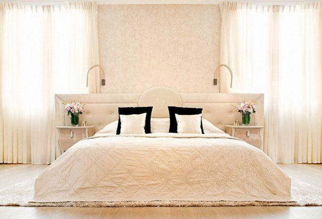 Chambre lumineuse moderne avec mur de peinture texturée à la tête de lit