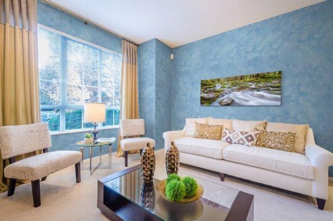 Salon moderne avec des murs texturés bleu vif