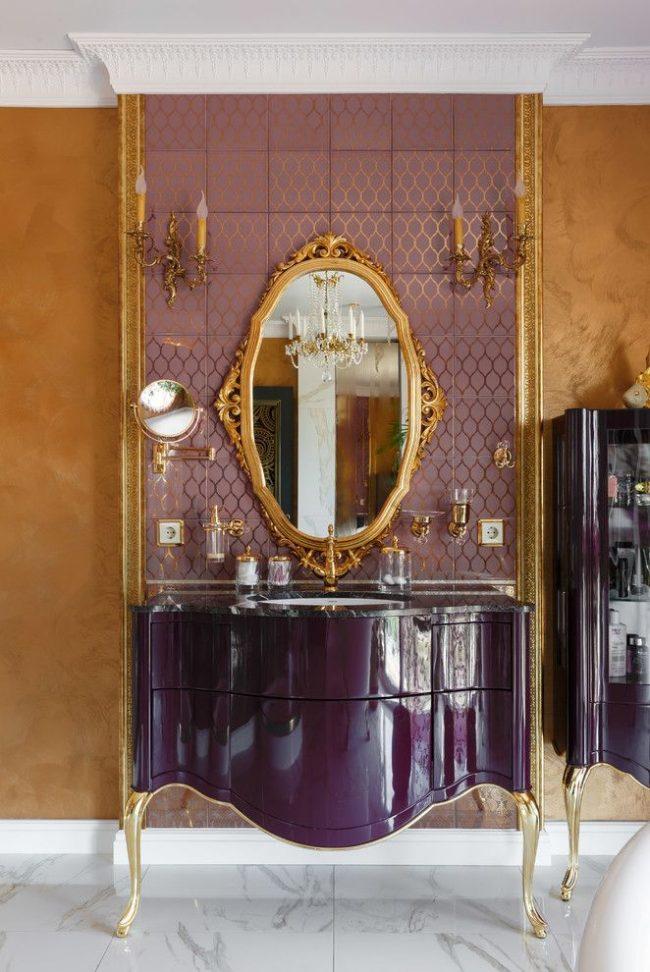 Intérieur luxueux dans un style classique avec des murs peints avec de la peinture dorée texturée