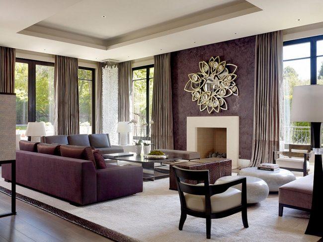 Salon spacieux avec un mur d'accent peint avec de la peinture violette texturée