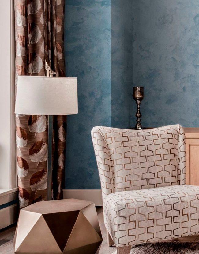 Belle peinture bleue texturée sur les murs du salon