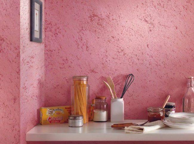 Peinture rose texturée sur le mur de la cuisine