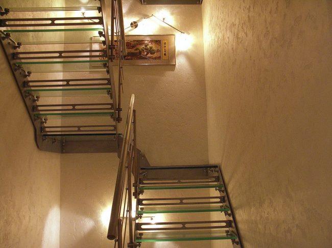 Murs dans le couloir, peints avec de la peinture texturée légère