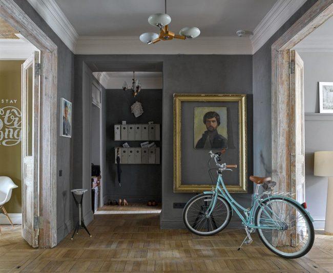 Intérieur de style rétro avec peinture texturée grise sur les murs
