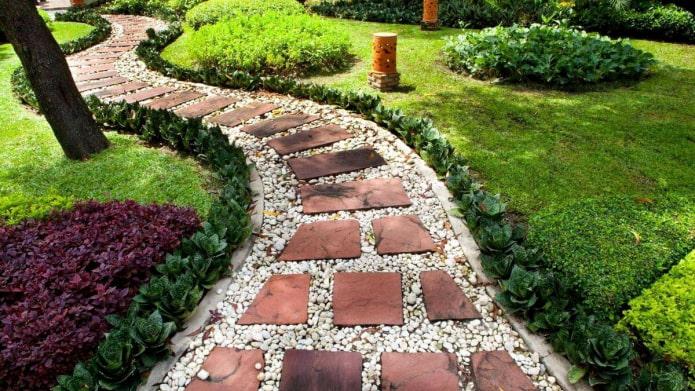 Comment décorer joliment les allées de jardin pour une résidence d'été ?