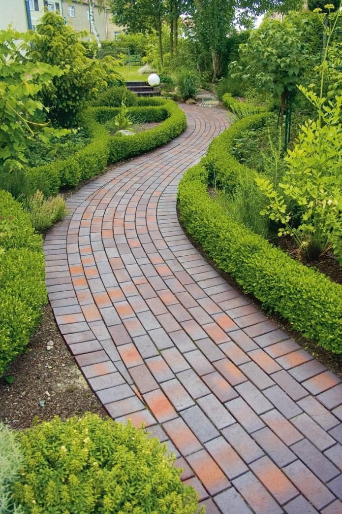 chemin de tuiles dans le jardin