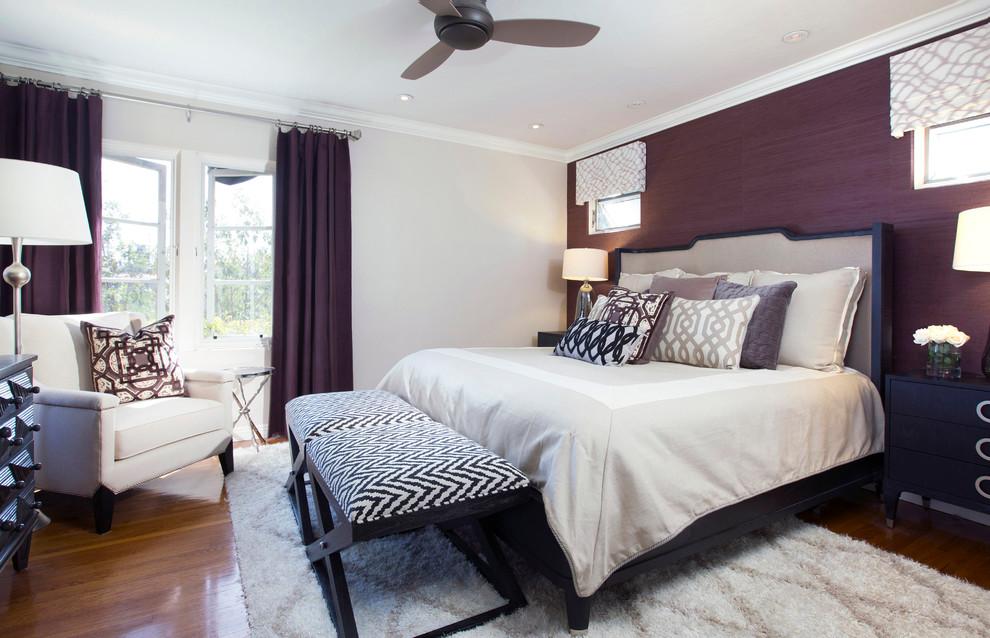 Une combinaison réussie de rideaux et de papiers peints de teintes violettes similaires