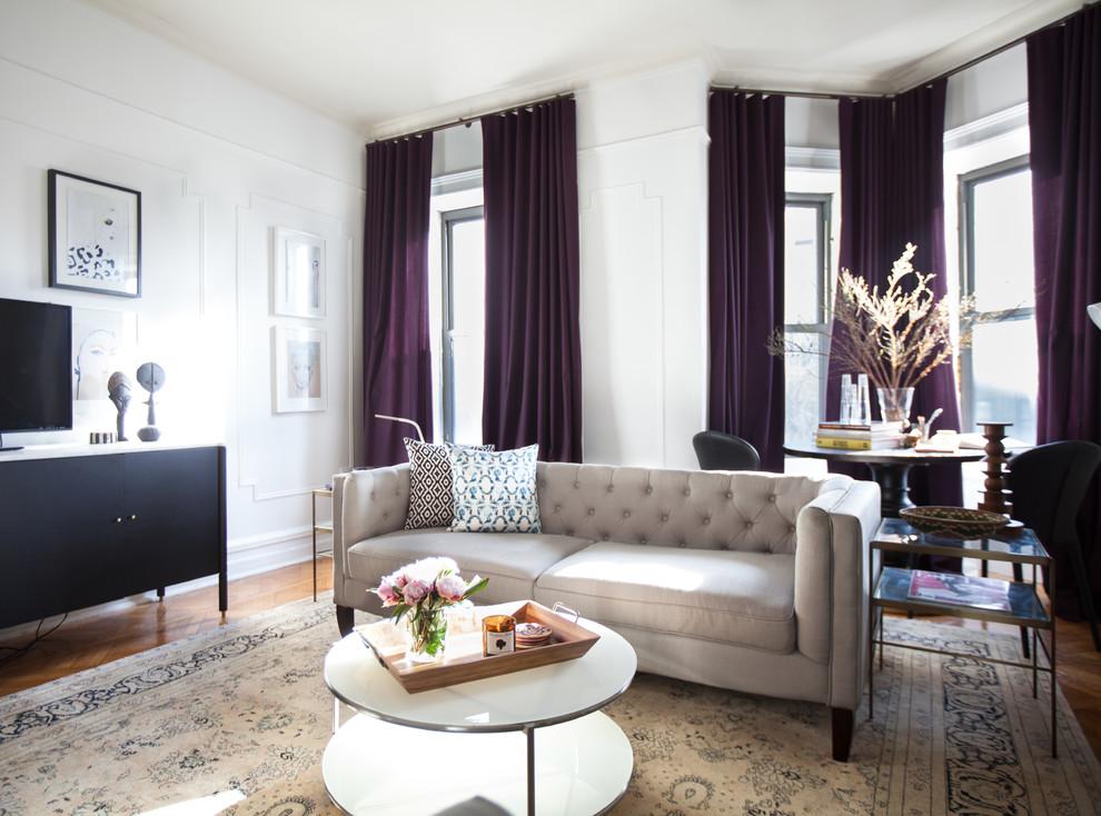 Rideaux violet foncé dans un intérieur strict et élégant