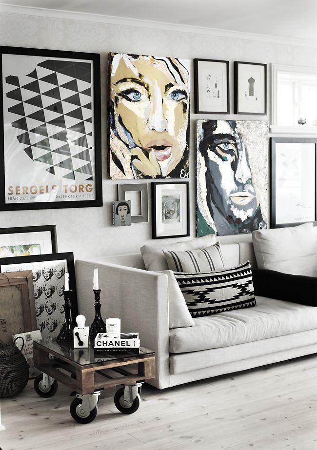 Photos noir et blanc et couleur au mur du salon