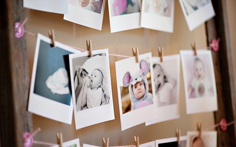 Photos épinglées à une corde tendue avec des pinces à linge