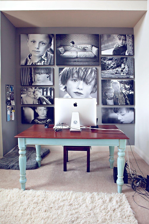 Tout le mur est recouvert de photos de votre enfant.