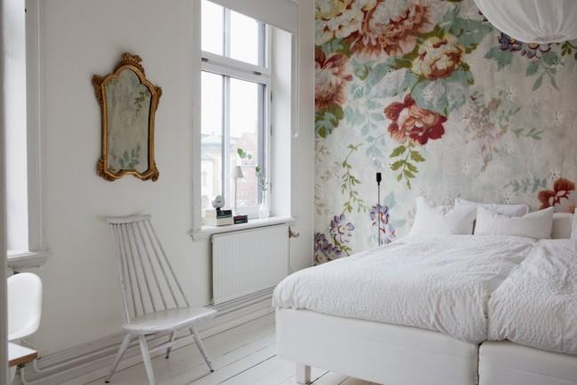 Motif floral victorien sur la murale blanche de la chambre