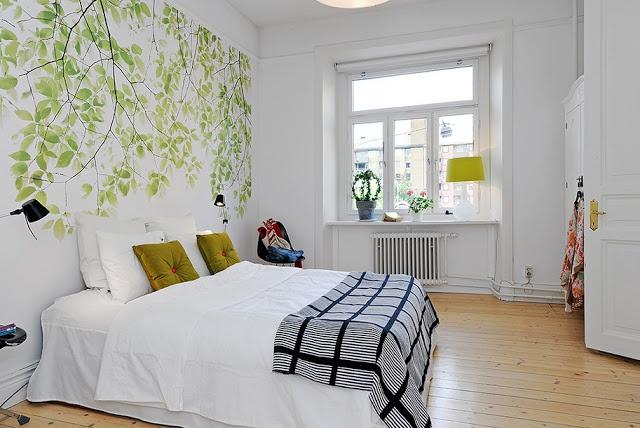 Chambre blanche, animée avec des branches vertes fraîches sur la photo