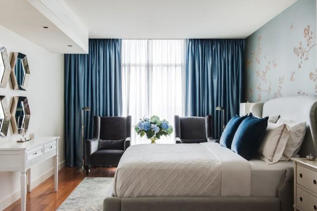 La sélection de rideaux pour la chambre doit être considérée avec soin, car un style, une couleur, une texture et un matériau bien choisis peuvent à la fois transformer la pièce et la gâcher.