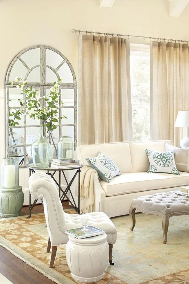 Dans le salon avec de hauts plafonds, la décoration des fenêtres dans des tons neutres est tout simplement luxueuse