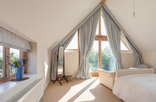 De nos jours, il est devenu populaire d'utiliser le grenier comme chambre ou bureau, les rideaux contribueront à rendre une telle pièce plus chaleureuse et confortable.