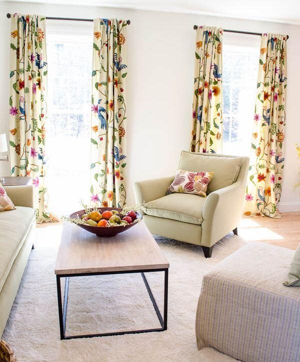 Une excellente option pour un salon dont les murs sont réalisés dans une version monochrome, seront des rideaux avec un imprimé