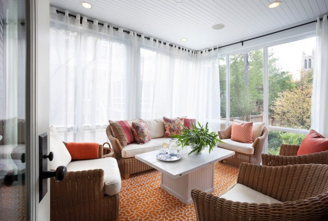 Une véranda avec des ouvertures ouvertes pour organiser une célébration ou recevoir des invités peut être décorée de riches rideaux décoratifs avec des tentures des tissus les plus légers