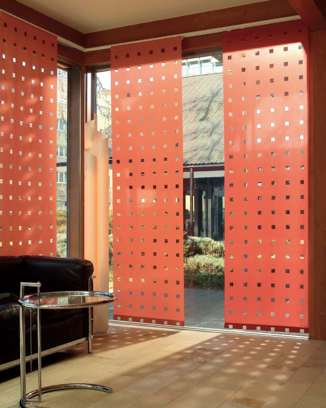 Perforation originale dans les rideaux à panneaux pour un meilleur éclairage