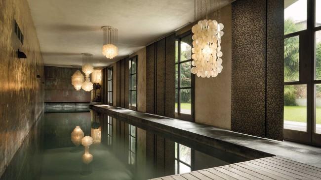 De tels rideaux sont une excellente solution pour décorer de grandes ouvertures de fenêtres, comme dans une pièce avec une piscine sur la photo.