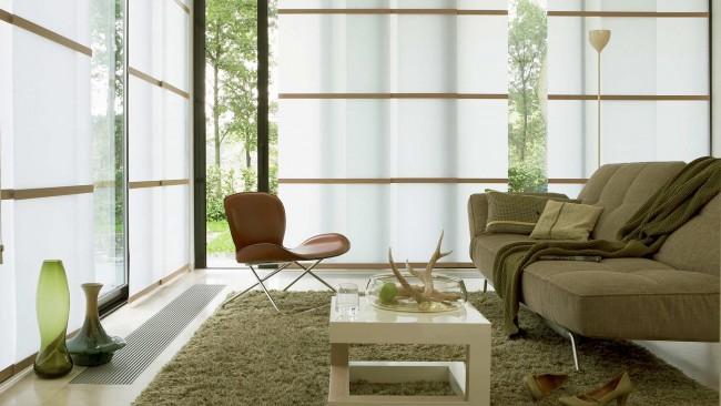 Rideaux à panneaux dans la conception d'un salon moderne