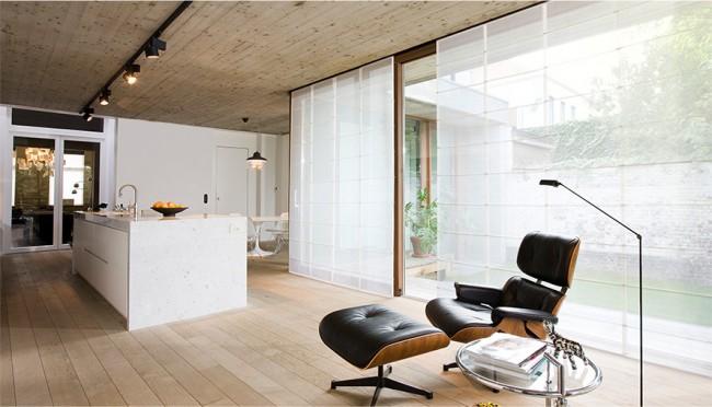 Rideaux japonais blancs dans un intérieur de style loft