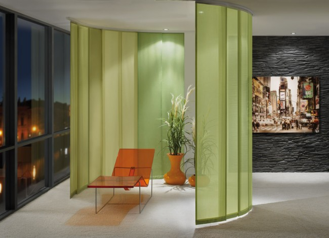 Zonage de la pièce avec des rideaux sur une corniche flexible