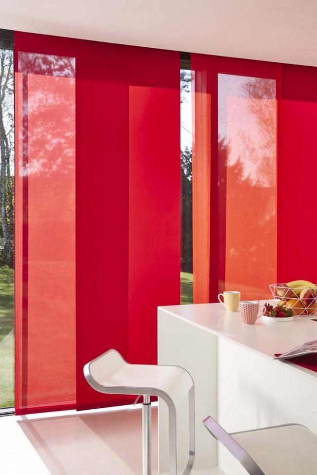 Intérieur minimaliste d'une maison de campagne aux couleurs blanches et rouges