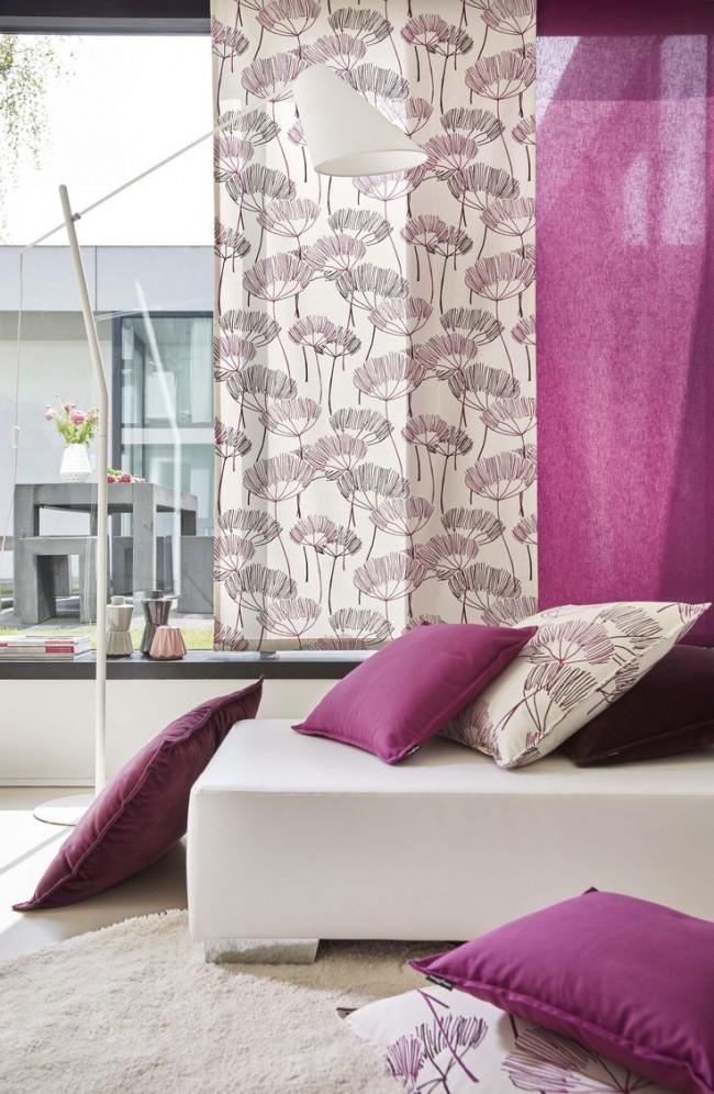 Malgré les origines anciennes, les rideaux japonais peuvent être idéalement combinés avec des accessoires modernes.